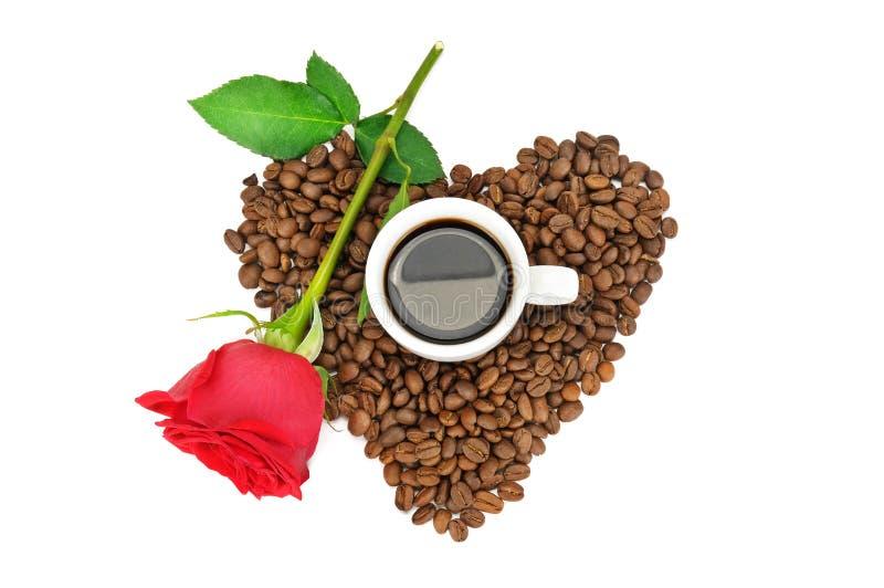 在白色背景和玫瑰隔绝的咖啡杯、豆 平的位置,顶视图 库存图片