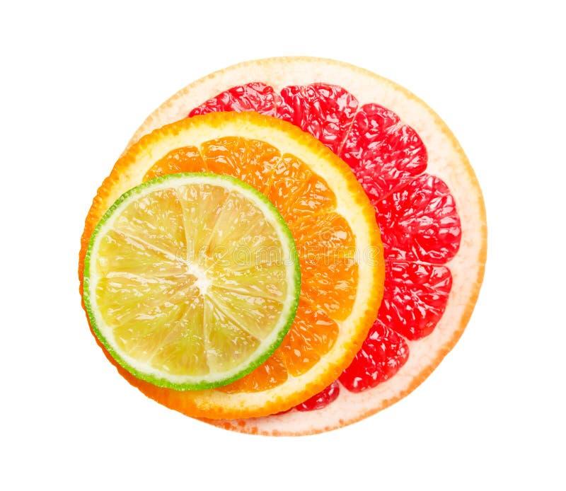 在白色背景和石灰隔绝的葡萄柚、桔子 圆的切片水多和新鲜的葡萄柚、桔子和石灰 库存照片