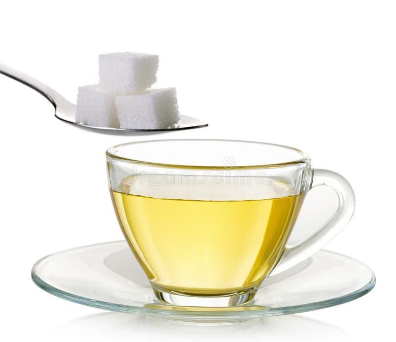 在白色背景和糖隔绝玻璃茶 免版税库存图片