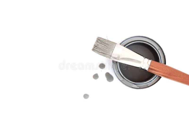 在白色背景和罐头有灰色颜色的隔绝的油漆刷 库存照片