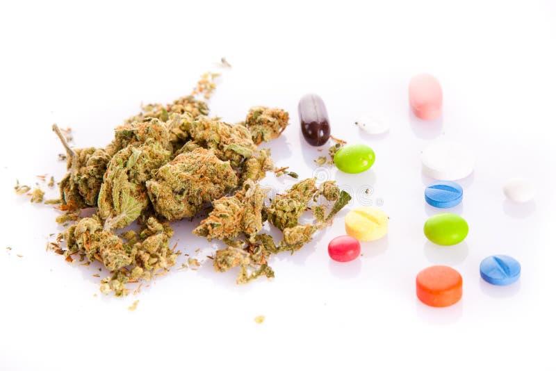 在白色背景和药片隔绝的大麻 库存图片