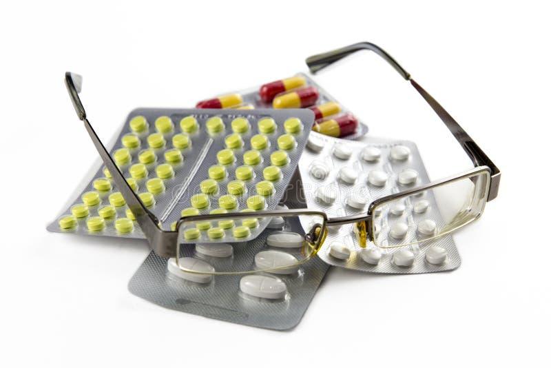 在白色背景和药片隔绝的镜片 免版税库存图片