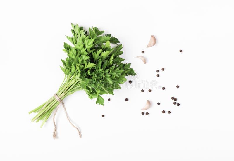 在白色背景和香料隔绝的草本 荷兰芹、大蒜和胡椒 烹调的成份 平的位置 免版税库存照片