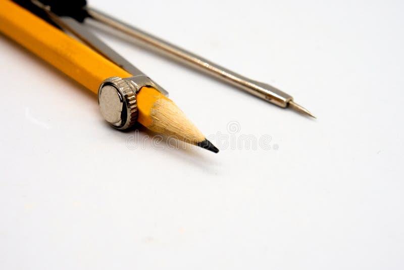 在白色背景和黄色铅笔隔绝的分切器指南针 库存图片