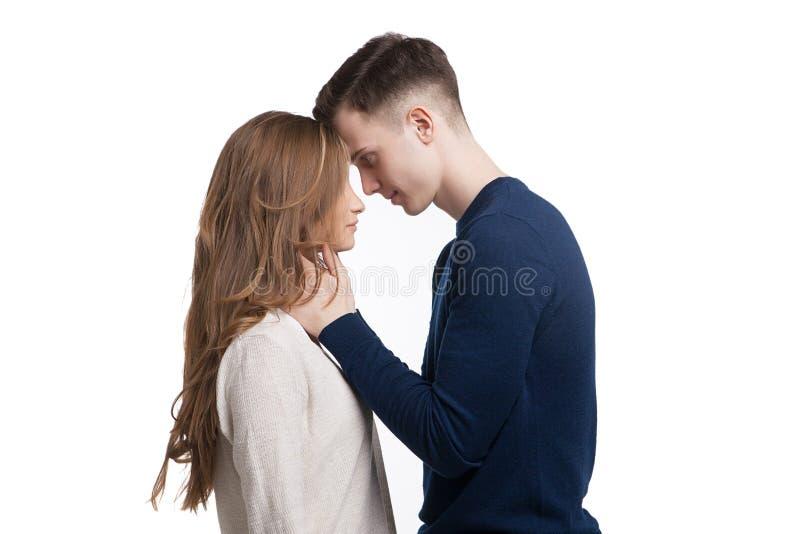 在白色背景在爱的年轻夫妇隔绝的 库存图片