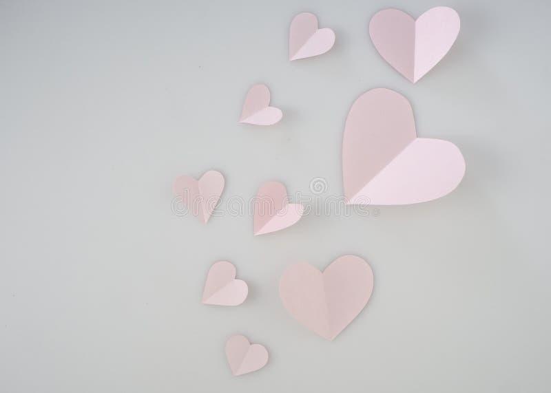 在白色背景安置的桃红色纸心脏 免版税库存照片