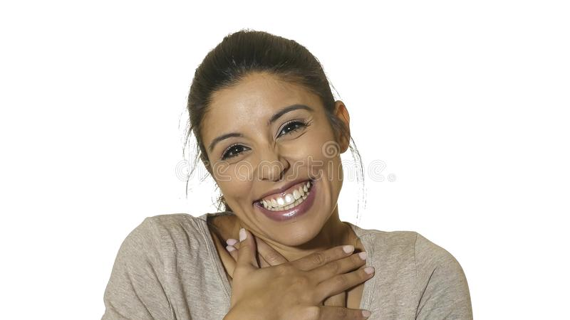 在白色背景年轻疯狂愉快和激动西班牙妇女30s微笑快乐和友好隔绝的顶头画象在em中 免版税库存照片