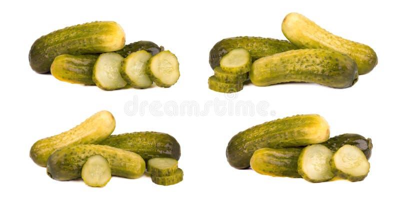 在白色背景或用卤汁泡的黄瓜隔绝的套烂醉如泥的嫩黄瓜 被发酵的食物用香料 特写镜头 免版税图库摄影