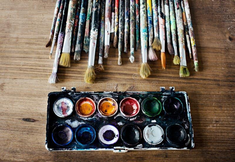 在白色背景排队的使用的油漆刷 免版税库存图片