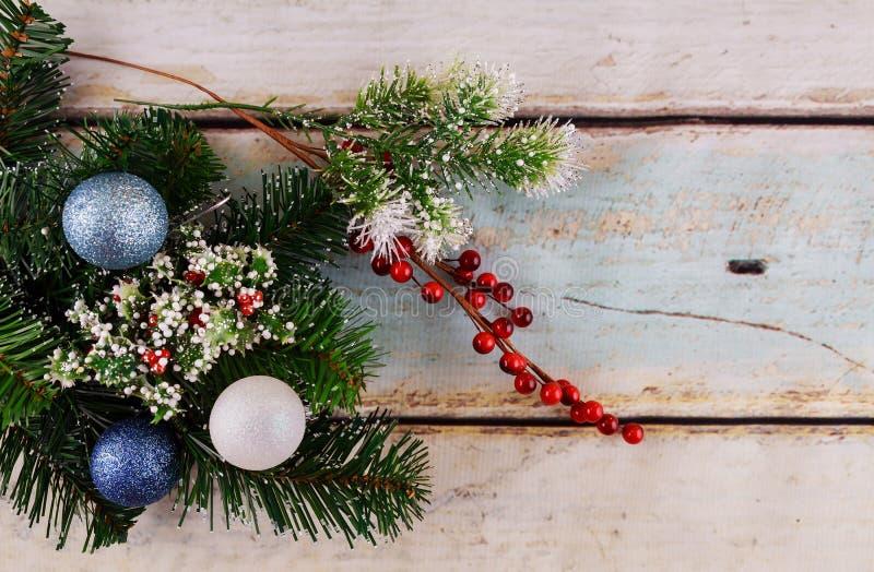在白色背景新年快乐的圣诞节装饰品 文本的空间 免版税库存图片