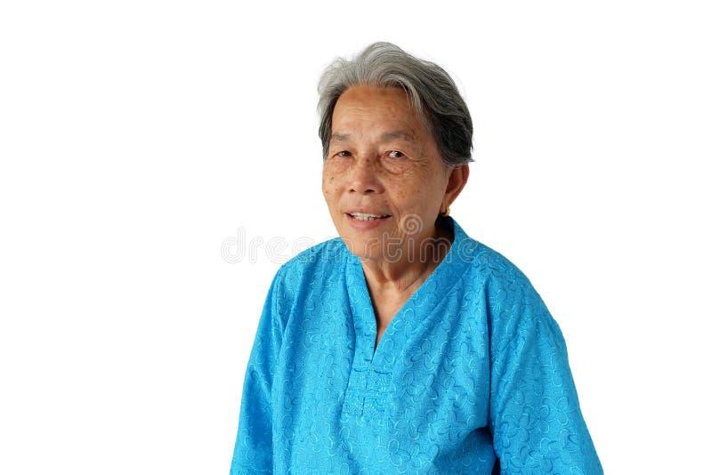 在白色背景有微笑的隔绝的年长亚裔妇女画象  库存照片