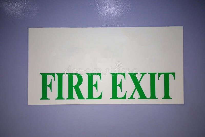 在白色背景标签的绿色警报信号是 免版税库存图片