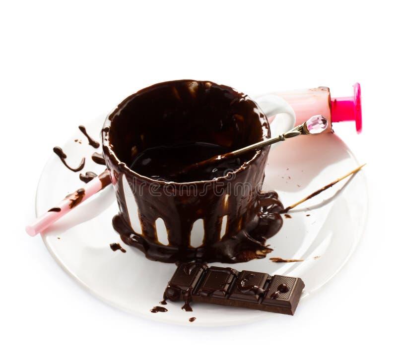 在白色背景热巧克力可可粉流程隔绝的杯,分类 图库摄影