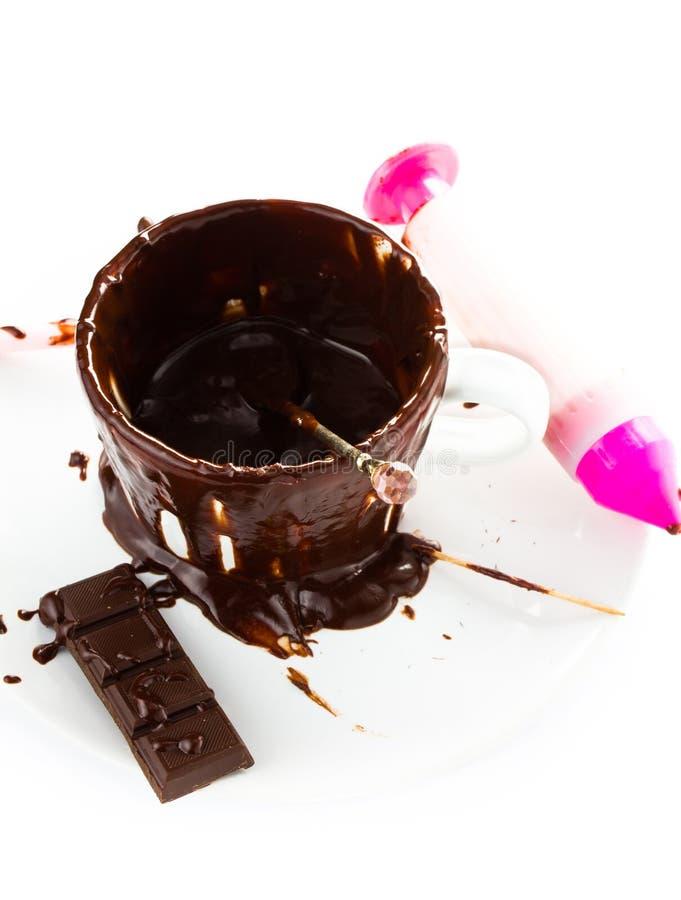 在白色背景热巧克力可可粉流程隔绝的杯,分类 免版税库存照片