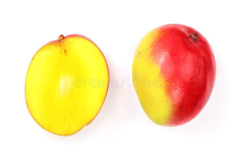 在白色背景特写镜头和一半隔绝的芒果果子 顶视图 平的位置 库存照片