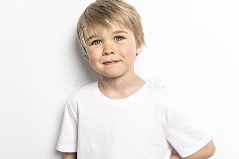 在白色背景的一张逗人喜爱的五岁的男孩演播室画象 库存图片