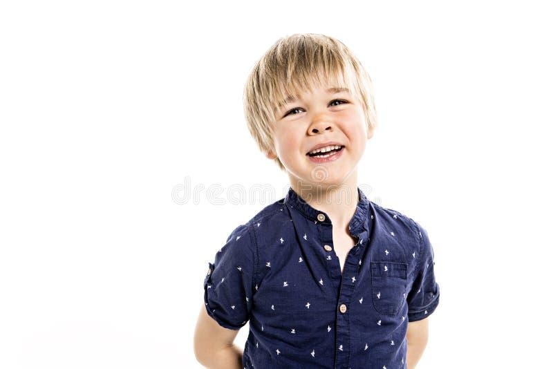 在白色背景的一张逗人喜爱的五岁的男孩演播室画象 免版税库存照片