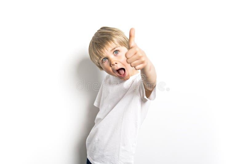 在白色背景的一张逗人喜爱的正面五岁的男孩演播室画象 免版税库存照片
