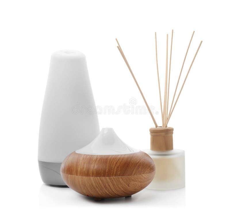 在白色背景的不同的芳香油分散器 免版税库存图片