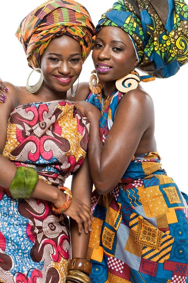 在白色背景的两个非洲时装模特儿。 免版税库存图片