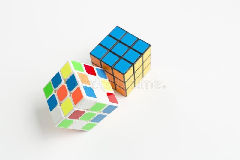在白色背景的两个rubik立方体  库存照片