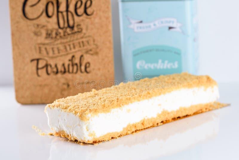 在白色背景的乳酪蛋糕 免版税库存照片