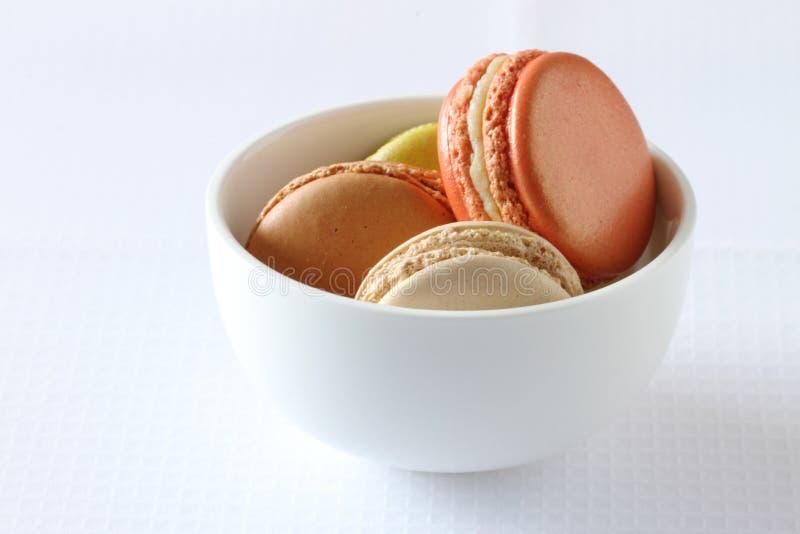 在白色背景的五颜六色的法国蛋白杏仁饼干 库存照片