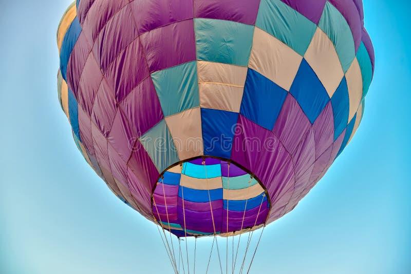 在白色背景的五颜六色的热空气气球 免版税库存照片