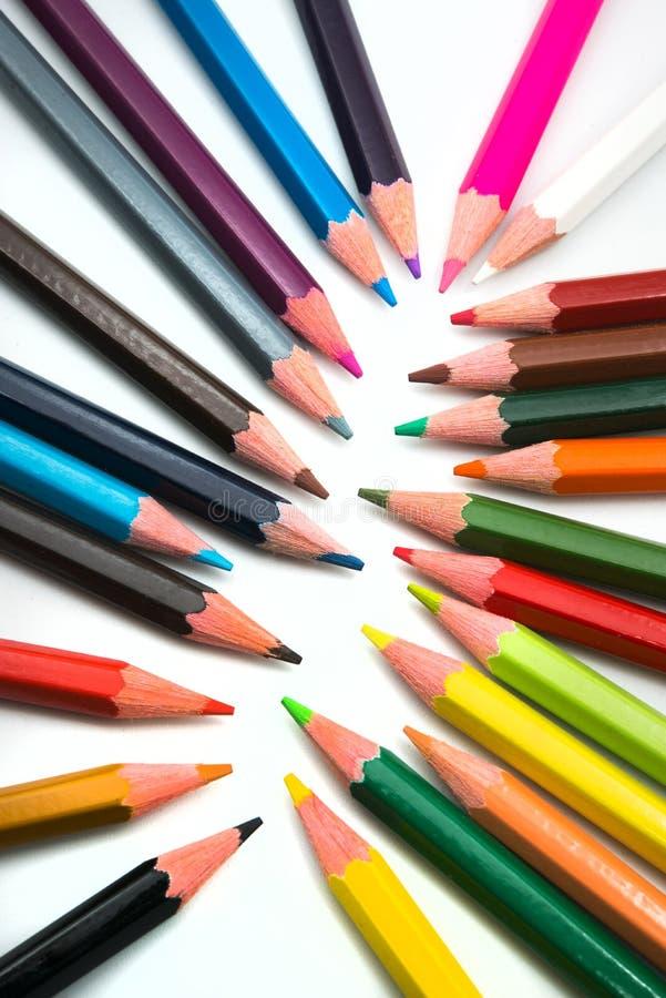 在白色背景的五颜六色的铅笔 免版税库存图片