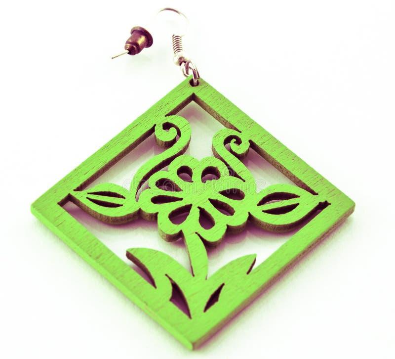 在白色背景的人造珠宝-绿色耳环 库存照片