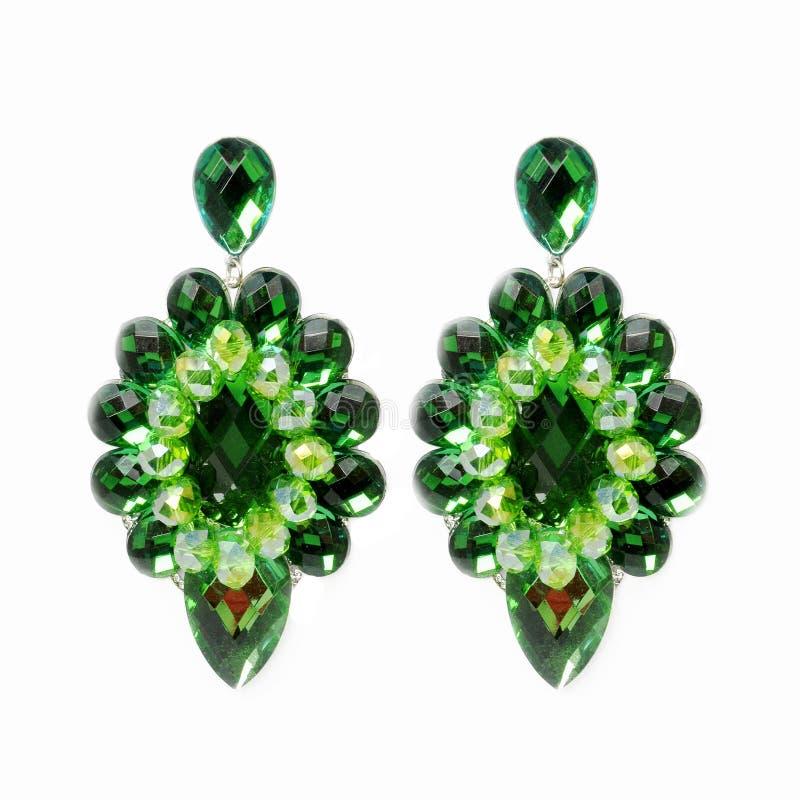 在白色背景的侈奢的大绿色耳环 免版税库存图片