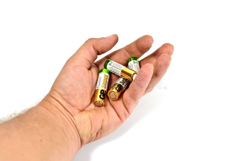 在白色背景的几个燃尽的颜色碱性电池 免版税库存照片