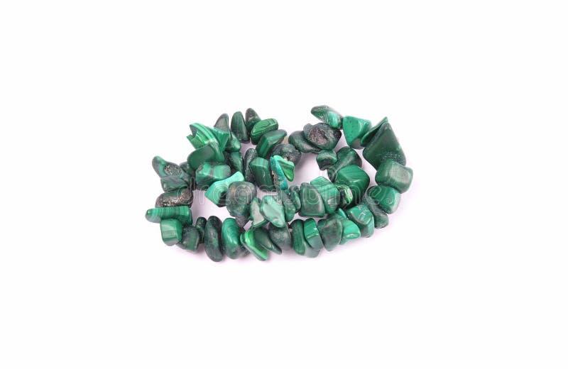 在白色背景的分裂的绿沸铜链子 免版税库存图片