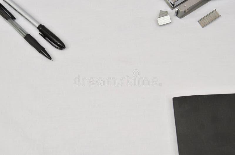 在白色背景的办公用品 库存照片