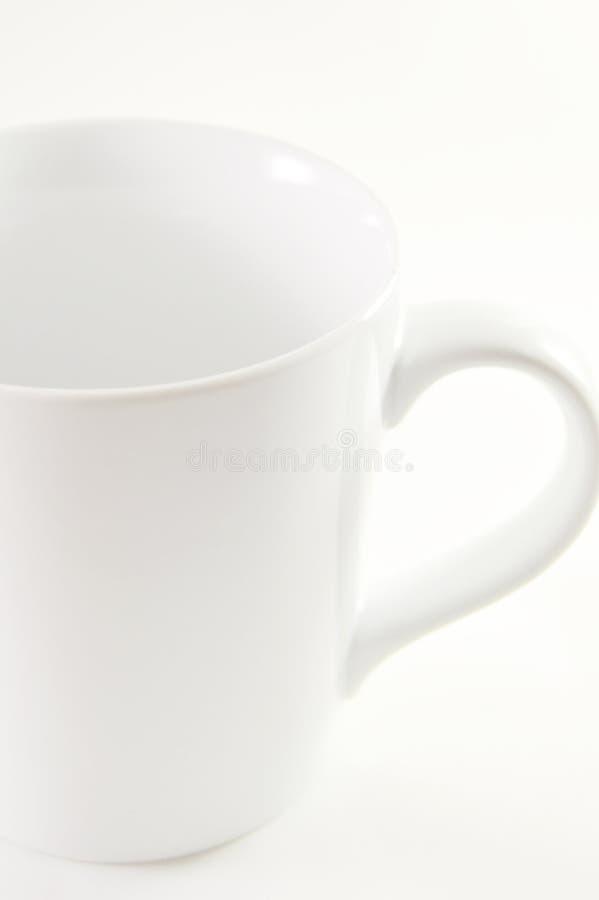 在白色背景的加奶咖啡杯子 免版税库存照片