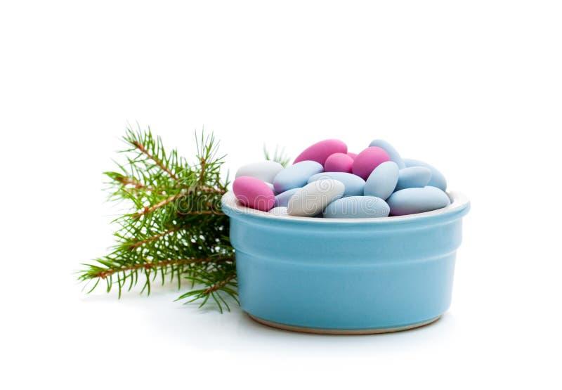在白色背景的加糖的杏仁 圣诞节点心 免版税库存照片