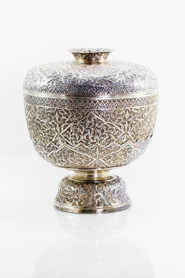 在白色背景的古老古色古香的银色泰国碗 免版税图库摄影
