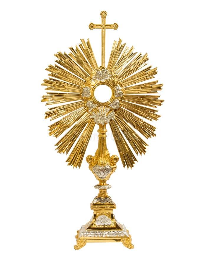在白色背景的古金色圣体匣 免版税库存图片
