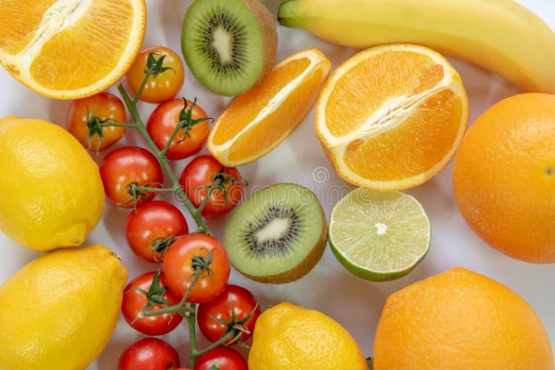 在白色背景的各种各样的切的果子 关闭营养维生素C果子 健康和生气勃勃食物概念 r 库存图片