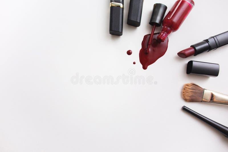 在白色背景的各种各样的化妆用品 在文本的一旁边spase 免版税图库摄影