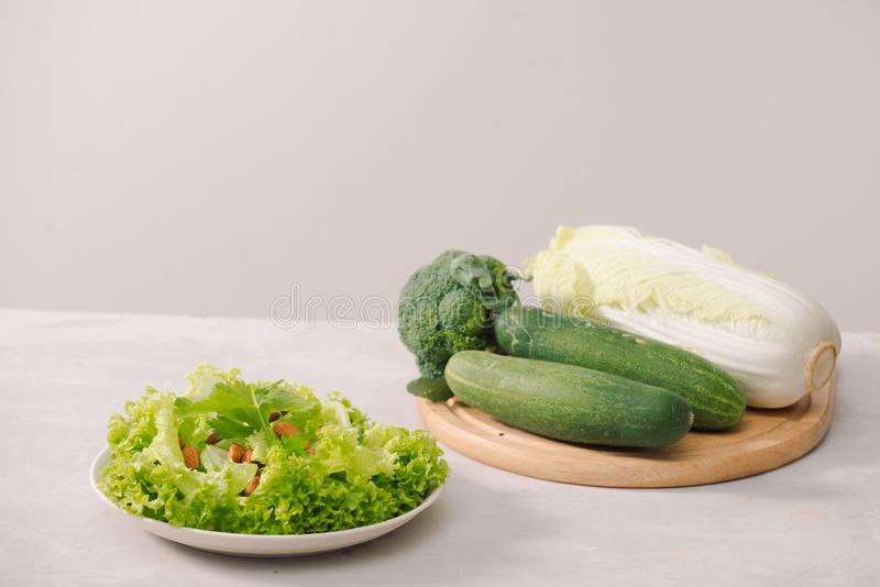 在白色背景的各种各样的绿色有机沙拉成份 健康生活方式或戒毒所饮食食物概念 免版税图库摄影
