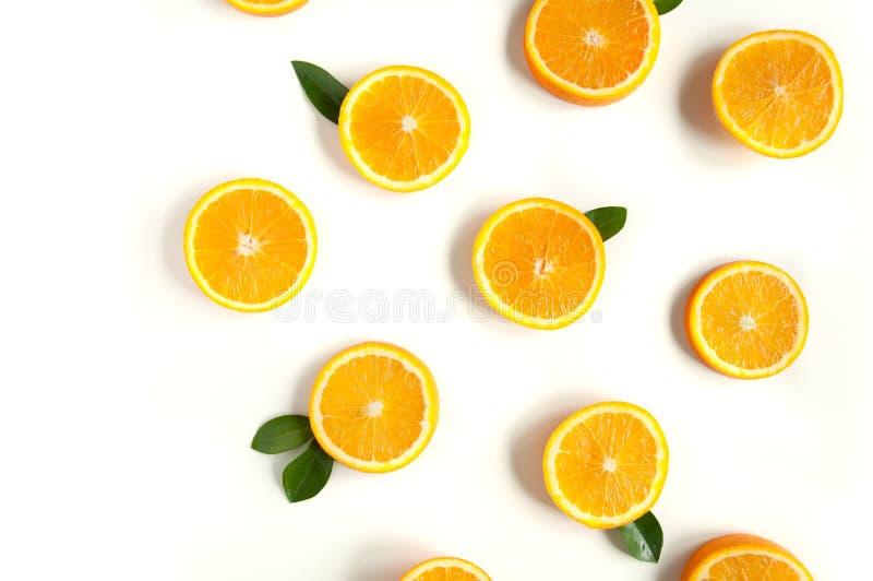 在白色背景的圆的橙色切片 柑橘热带水果背景 明亮的食物 饮食维生素营养 免版税库存照片