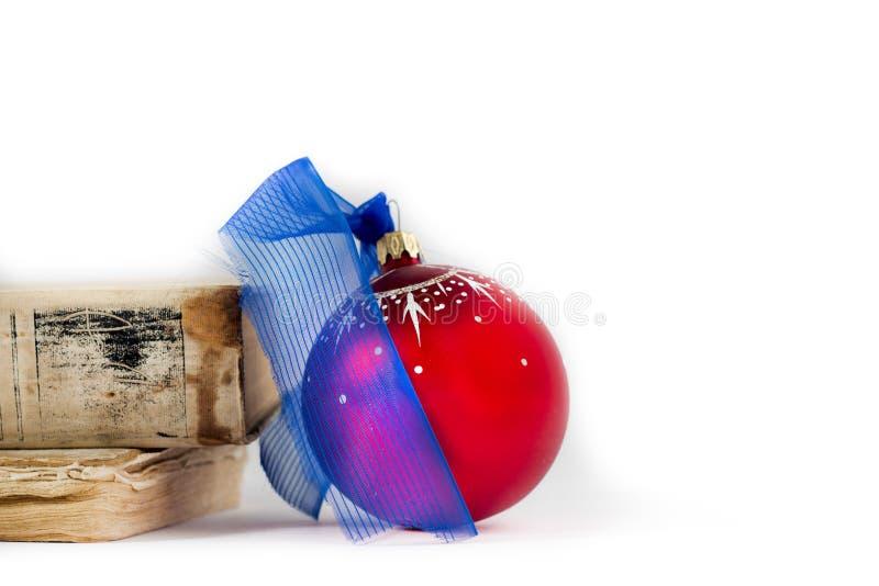 在白色背景的圣诞快乐卡片假日装饰旧书红色白色假日装饰球 库存图片