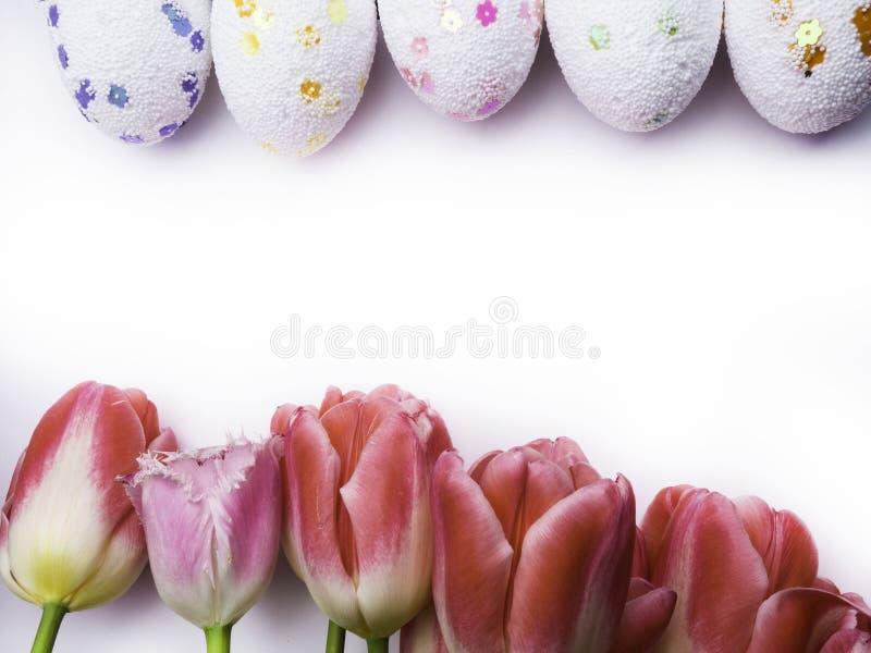 在白色背景的复活节装饰颜色鸡蛋 r 免版税库存图片