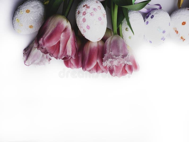在白色背景的复活节装饰颜色鸡蛋 r 免版税库存照片