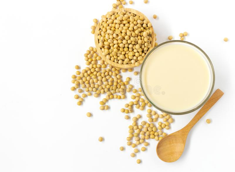 在白色背景的大豆豆牛奶和大豆豆顶视图 免版税库存图片