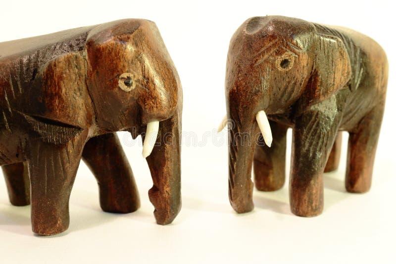 在白色背景的大象小雕象 免版税库存图片