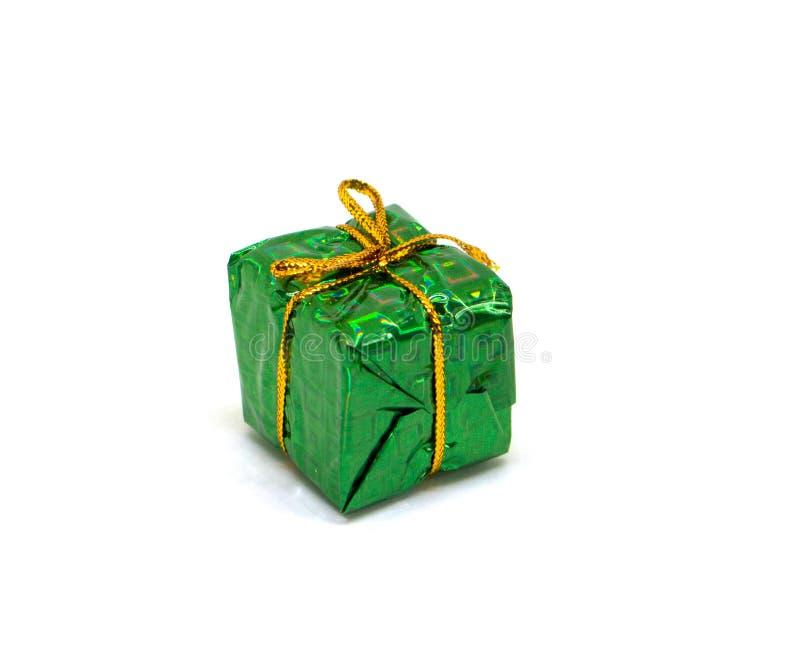 在白色背景的大绿色礼物 圣诞节在包裹与金螺纹弓的叶子的礼物盒 免版税图库摄影