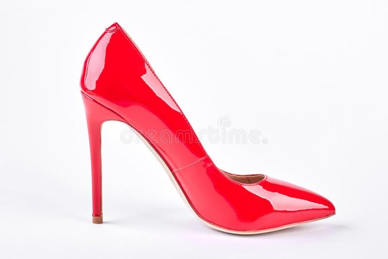 在白色背景的妇女红色鞋子 库存照片