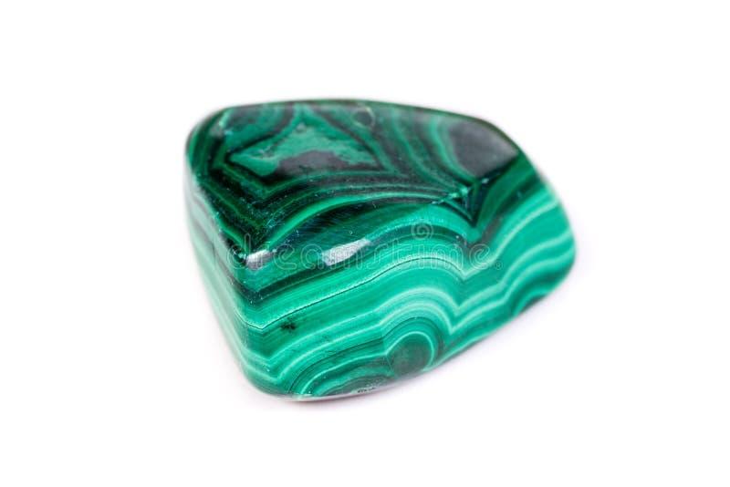 在白色背景的宏观矿物石绿沸铜 图库摄影